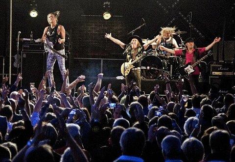 Stor stemning stinn brakke på Gressvik torv i 2011. Slade på scenen.