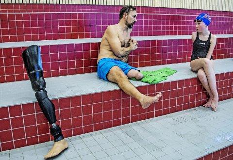 Svømmeprat: Helge Bjørnstad og Julie-Marie snakker om mål og muligheter som svømmere med dysmeli.