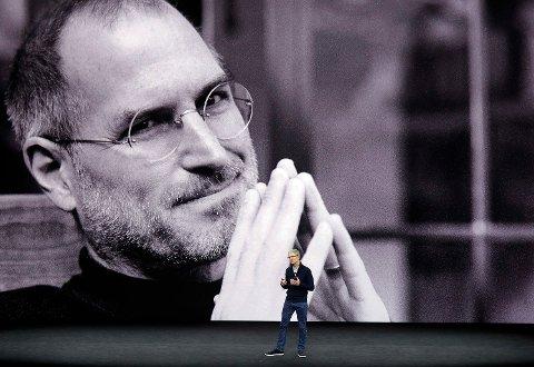 APPLE OG TV: Mandag 25. mars er det forventet at applesjef Tim Cook skal avduke en av grunnlegger Steve Jobs store planer for Apple - en tettere kobling mellom Apple og TV-en i stuen din.