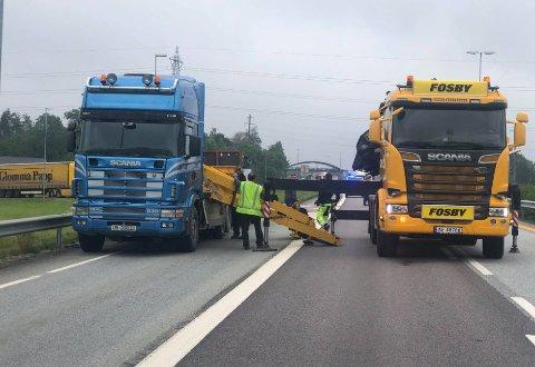 De skal være noen ståkonstruksjoner som har falt av lastebilen. Lasten blir nå løftet tilbake av en bil fra firmaet Fosby.