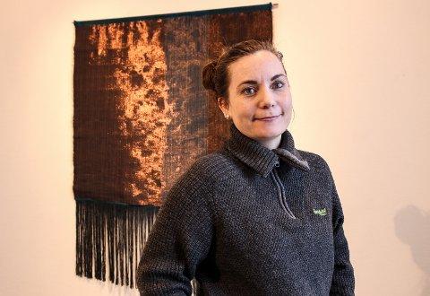 STILLER UT: Linda Spaun Hauglie stiller ut arbeider hun har laget på vev i Fredrikstad Kunstforening.