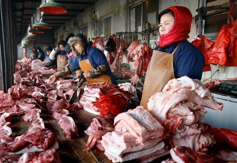 RÅTT: Våtmarkeder - eller ferskvaremarkeder - har vært en del av dagliglivet i Kina siden landets begynnelse. I en storby vil det typisk finnes flere hundre av dem. Foto: Reuters