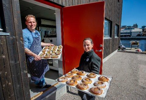 Ingeborg Nygaard og Tobias Gustafsson åpner bakeriet Bakfickan på Nygaardsplassen onsdag. Rykende ferske bakevarer kommer ut av det nye bakeriet vegg i vegg med restauranten deres, Slippen.