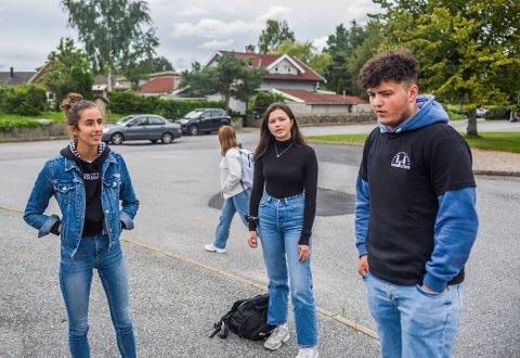 Elevrådsleder på Greåker videregående, Ann-Christin Sarmiento Olsen fra Torp (17, i midten), sier mange elever tok budskapet om hjemmeundervisning tungt. Her sammen med medelevene Julia Evelin Stensnes-Martini (18) og Mehmet Deir (18).