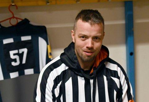 DERFOR BLE DET MÅL: Selv om pucken ikke var i mål, dømte dommerne mål. Hoveddommer Mats Wikstrand hadde sitt på det tørre da han dømte mål.