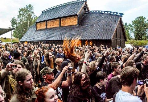 STEMNING: Det var folk fra hele verden, men hortensfolk i mindretall under fjorårets Midgardsblot på  Borre ved Gildehallen.