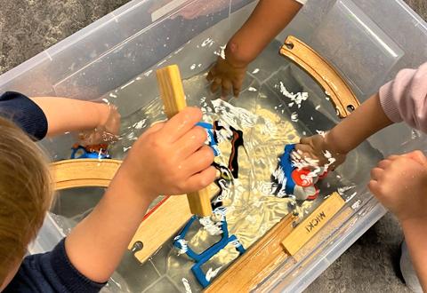 EKSPERIMENTER: Barna i Espira Baggerødbanen barnehage har markert Verdens Vitenskapsdag godt og grundig, med eksperimenter rundt temaet vann.