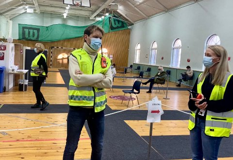 UFARLIG: Leder for luftveisklinikken, Askil Elvestad, bekrefter at noen besvimer etter vaksinen. Vaksinekoordinator Linda Mehammer til høyre på bildet.