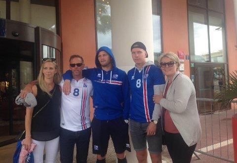 Björg Bjarnadottir (f.v.), far Bjarni Sveinbjörnsson, Birkir Bjarnason, Kristófer Atli Bjarnason og mor Halla Halldórsdóttir samlet bare timer før avspark mot Ungarn.