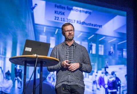 REKTOR: Rektor ved KUSK, Jørgen Bo Gundersen ledet det første felles foreldremøtet for den nye ungdomsskolen.