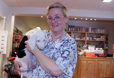 FARLIG: – Det som er godt for folk er ikke nødvendigvis godt for hunden, sier  Kristin Sejersen, dyrepleier ved Solør Dyreklinikk.