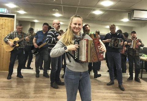 TORADEREN LEVER: Toradermusikken klinger lystig på Austmarka nå, mye takket være Elin Sletten (16) og ferske Søndre Finngkogen Spellemannslag. Og snart blir det mikrofestival.