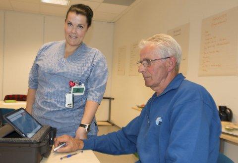 FÅR OPPLÆRING: Nå skal KOLS-pasient Gunnar Kristiansen (64) fra Granli lettere kunne komme i kontakt med helsepersonell når han trenger det, og prøveresultatene sendes inn automatisk. Sammen med Lene Lillenes fra hjemmesykepleien gleder han seg til å være med i et prøveprosjekt med telemedisin de kommende månedene.