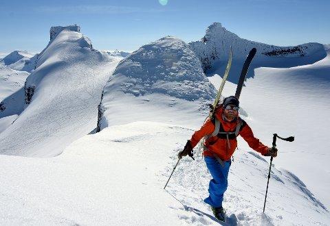 Her er Johan Wildhagen på vei opp mot Sokse med Storebjørn i bakgrunnen. På begge sider er det bratt og det er lurt å ta av seg skiene.