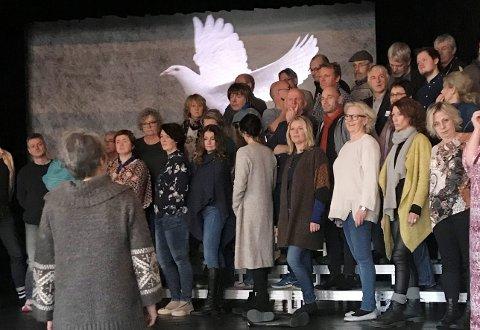 """KORET: Her øves det """"Mjøsikales festivalliv"""", som har premiere i Kulturhuset Banken onsdag 7. februar."""
