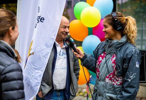 P4s Martine Onstad hadde kledd seg i en grå OL-jakke fra 1994 og intervjuet noen av de besøkende på direkten under jubileumssendingen lørdag.