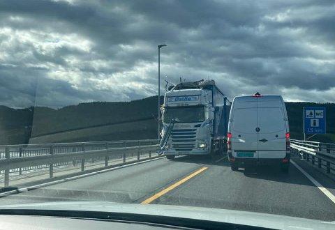 TRØKK: Denne lastebilen fikk seg en skikkelig trøkk etter å ha fått taket til en annen lastebil midt i fronten.