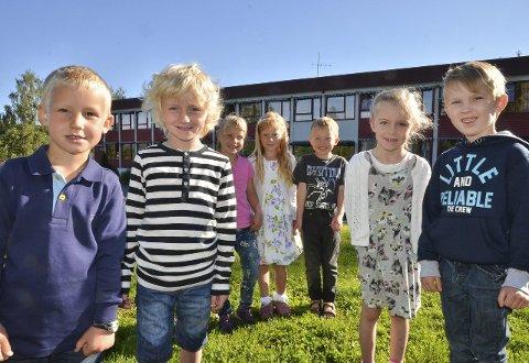 FØRSTE SKOLEDAG: Oscar (fra venstre), Vemund, Helene, Nora-Amalie, Eirik, Tiril og Eldaras hadde sin første skoledag på Grymyr.