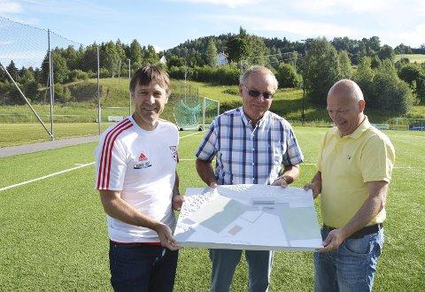 GAVE: Svein Haakenstad og Levi Edvardsen setter stor pris på gaven på tre millioner kroner, som Magnus Magnussen i Sparebankstiftelsen Jevnaker Lunner Nittedal kom med onsdag.