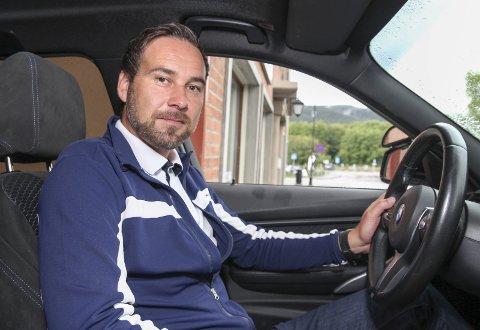 ØKTE UTGIFTER: Kjørelærer Erik Kvernstad og Lippert trafikkskole kjører mange kilometer i året. Når bommene kommer, blir utgiftene større.