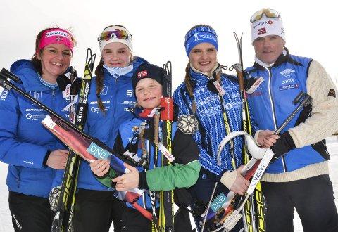 GLAD I IDRETT: Mamma Marie Heggen og pappa Nils Arne Johnsrud er glade for at ungene Andrea (nummer to fra venstre), Ola og Hannah