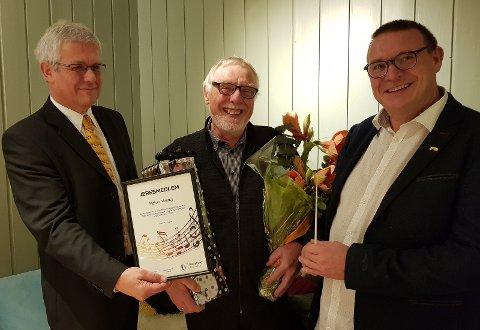 ÆRESMEDLEM: En glad og rørt Halvor Vestby ble utnevnt til æresmedlem i Hadeland janitsjar og fikk fortjent hyllest av korpsleder Harald Westby (til v.) og dirigent Espen Aslaksen.
