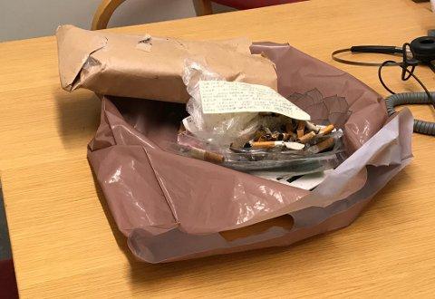 STINKENDE HATMELDING: OAs redaktør mottok i 2017 en hatmelding i posten sammen med sigarettsneiper og stinkende søppel. Flere er blitt utsatt for metoden.