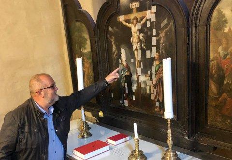 DRITT: Kirkeverge i Gran, Ole-Jakob Dyrnes, viser hvor dritten fra kaia traff og gjorde mest skade.