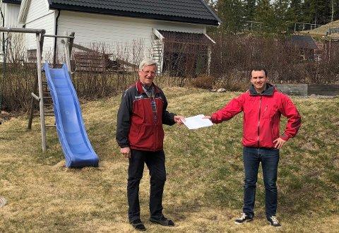 UNDERSKRIFTER: Onsdag fikk Halvor Bratlie overlevert 79 underskrifter av Hans Torolf Teige Fenne på vegne av beboerne på Haneknemoen.