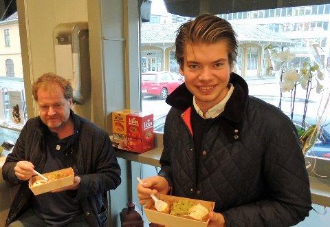 """KJØTTPUDDING: Gårdeier Espen Flyvholm og sønnen Petter synes kjøttpuddingen var """"gørgo"""""""