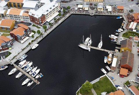 HER BLIR DET LIV: Svømmestevne i Indre havn med Halden Open finner sted 18. august.