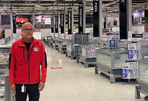 FRUSTRERT: Butikksjef Ole Jørgen Lind ved MaxiMat på Nordby hevder det å handle i Sverige er som å handle i Norge.