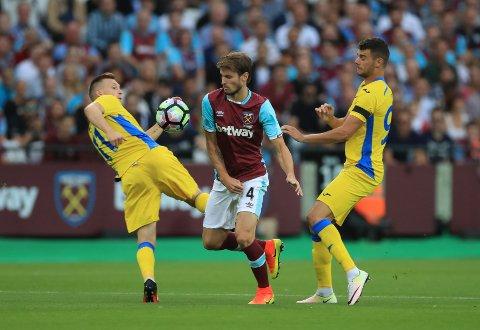 FÅR SKRYT: Håvard Nordtveit spilte en god kamp på midtbanen til West Ham, ifølge rapportene.