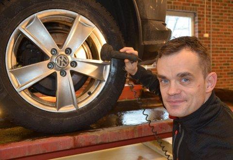 – Rust på bremseskivene bak er et stadig mer vanlig problem, sier Alem Dulic ved NAF Senter Drammen. På denne bilen så det bra ut.