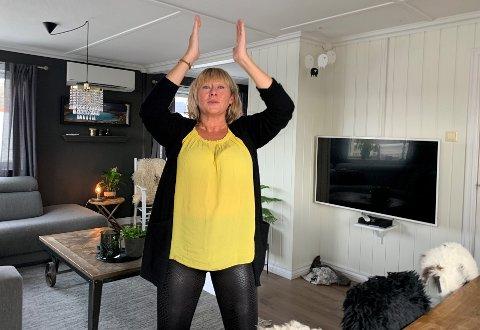For Rita Svendsen er yoga-øvelsene hjemme i stua en viktig del av det daglige ritualet.