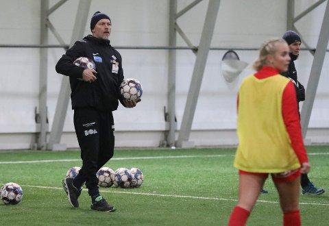 FØRSTE TRENING: Thomas Dahle (t.v.) i aksjon på årets første Avaldsnes-trening. Sportssjef Lena Tyriberget til høyre. Anita Underhaug i forgrunnen.