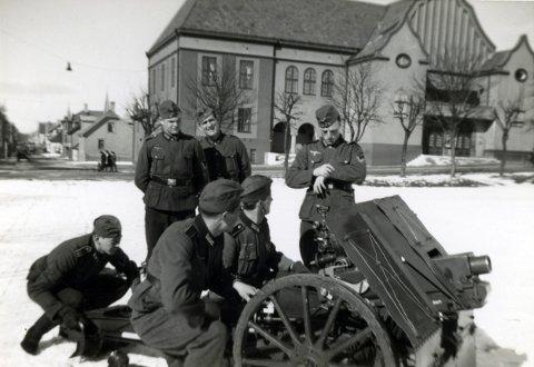 ØVELSE VED FESTIVITETEN: De tyske soldatene som her er i aksjon like sør for den gamle Festiviteten, ser ut til å ha et avslappet forhold til artilleriøvelsen de skal gjennomføre. Disse kanonene tilhørte 13. Infanterie Regiment 159 som lå i Haugesund de første årene av krigen.