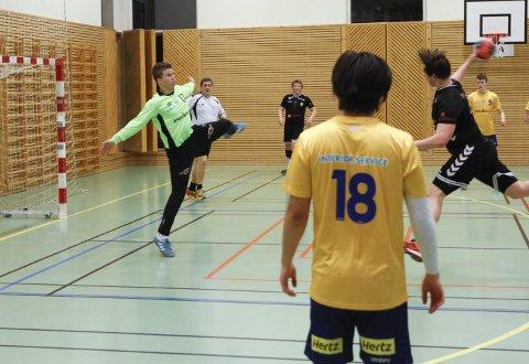 STO GODT: SIL-keeper Bjørn Tore Knudsen sto godt i mål og holdt SIL inne i kampen i Leirfjordhallen.