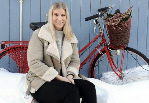 EI HÅND PÅ STYRET: Sykkelen på veggen hos Galleri SOS er en god kulisse. Annika Honggard er ny styreleder i Galleria AS, og hun jobber blant annet med sykkelturisme.