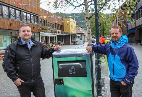 Gjermund Holtet (t.v.) fra Euroskilt og Christer Amundsen i Vefsn kommune er spent på å  teste ut den nye søppeldunken i Mosjøen
