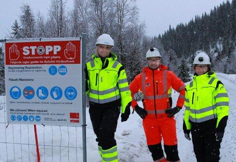 Aina Nilsen prosjektadministrator ved Øyfjellet vindkraftverk (t.v.) , Sebastian Schneider, Veidekke og Hilde Sandhåland, Eolus' HMS-koordinator