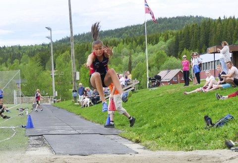 TOPPRESULTAT: Sigrid Forsmo Kapskarmo hoppet tresteg og høyde, og hun satte personlig rekord med 1..64. Det er klubbrekord i Hattfjelldal friidrett.