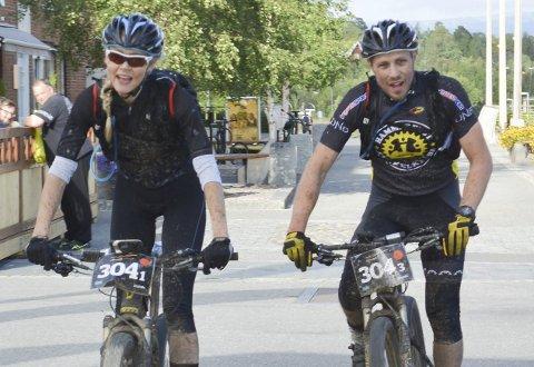 PRØVEKANINER: Bjørnar Aronsen og Rakel Birkeli er de første syklistene i Hammerfest sykkelklubb som får økonomisk støtte fra klubben for å konkurrere den kommende sesongen. De skal begge sykle i eliteklassen.