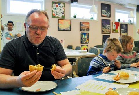 TOPPKARAKTER: Fiskeriminister Per Sandberg (Frp) besøkte torsdag Sisa kultursenter der han blant annet fikk smake bolle med fisk i. Han ga den høyere karakter enn toppkarakter, og ville gjerne ha noen boller med seg.