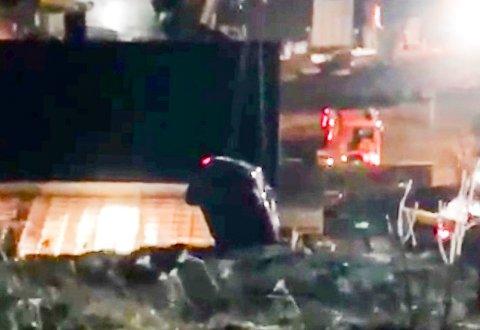 BERGES: Her blir bilen reddet opp etter å ha trillet ned fra parkeringsplassen og kræsjet i veggen til Rypefjord bosenter.