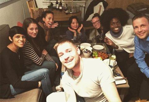MIDDAG: Eivind hadde et middagselskap med Suman fra USA, Aleca fra Canada, Brooklyn og Yurkia fra USA, Viivi fra Finland, og  Jennifer fra Frankrike. Til høyre er Bengt.