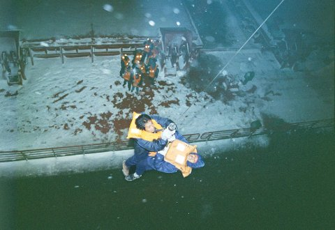 """Foto: Morten Ruud, Finnmark Dagblad   Foto av """"John R."""" som gikk på grunn utenfor Rebbenesøya   1.juledag 2000. fra evakueringa   Lasteskipet - fraktskipet fra Kypros  IPTC:Record Version = 2   Keywords = ulykker ° båtulykker ° redningsaksjon ° båthavari   Release Date = 20001227   Special Instructions = ARKIV   Date Created = 20001225   By-line = Morten Ruud   Source =  Nordlys Bildearkiv     LNNR:-9203251813840448808 Nordlys  horizontal DPI_165x165 3-John7"""