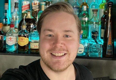 KAN SMILE: Daglig leder på Fresh i Hammerfest, Marius Heitmann, har grunn til å være glad etter at over at restriksjonene man har hatt i over 1,5 år endelig slippes opp.