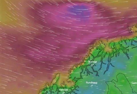 PÅ VEI: Her er det polare lavtrykket på vei mot land rett før klokken 11 mandag. Om et par timer vil lavtrykket treffe land.