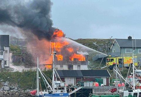 OVERTENT: Flammene står opp av boligen.